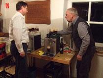 Dirk Elias und Harald Still zapfen das selbst gebraute Bier - Foto: HPD