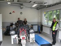 Reifenwechsel im Touratech-Shop