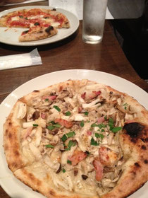 Stringsの美味しいPizzaです♪ 高田さんは「マルゲリータ」わたしは手前の「カプリチョーザ」をいただきました!