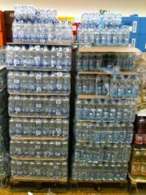 Ein typischen Anblick im Supermarkt: Paletten mit Mineralwasser für unterwegs.