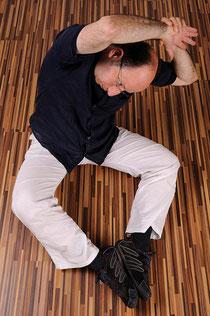 Den Oberkörper zur Seite abbeugen - Eine mögliche Dehnübung für den Gallenblasenmeridian