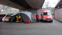 Behandlungsplatz mit Rettungswagen und Notarzt bei einer Großveranstaltung in Dresden 2018