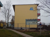 An dem Haus der SWB wurden neun Mauersegler-Nistkästen eingebaut. Die Einflugöffnungen sind im oberen Bereich gut zu sehen (Foto: Gebhard Edner)