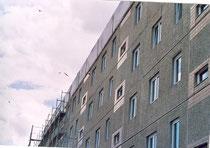 Wohnblock in Barby mit Brutplätzen von Mauerseglern. Der obere Bereich ist abgehängt (Foto: NABU Schönebeck)