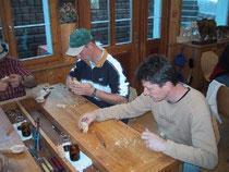 Kuhschnitzen bei Paul Fuchs in der Werkstatt