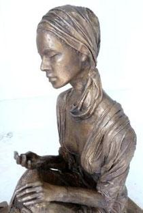 sitzend, lebensgross, bronze