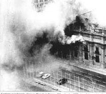 la Moneda in fiamme