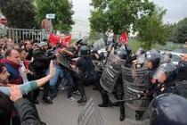 I carabinieri attaccano il picchetto operaio