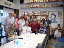 Serata al Centro di Iniziativa Proletaria di Sesto San Giovanni. Il primo a sinistra seduto al tavolo è Ettore Zilli, quello a destra è Enzo Galasi.
