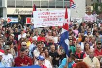 """sullo sfondo lo striscione del Centro di Iniziativa Proletaria """"G. Tagarelli"""" per la liberazione dei 5 patrioti cubani alla manifestazione del 2009"""