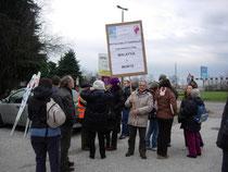 Oscar con il cartello a una manifestazione
