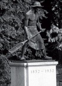 Denkmal eines Bleichers mit Gießlöffel, der Geete, auf dem Gelände der ehemaligen Firma Windel Textil GmbH & Co.