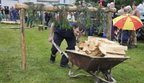 Zum Programm in Gettengrün gehörte ein Holzfäller-Wettbewerb, an dem Mitglieder von vier freiwilligen Feuerwehren teilnahmen. Im Bild: Manuel Schanz von der Freiberger Mannschaft.  Foto: Eckhard Sommer