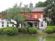 日本庭園に映える旧東京医学校