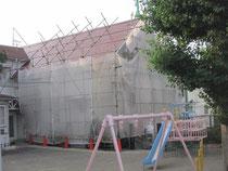 足場が組まれている上町教会