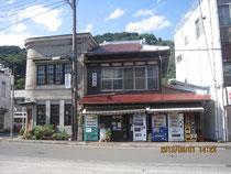 タケイ美容室(左)と横山酒店(右)