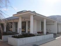 山懐に建つ吾蔵記念館