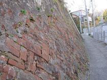 浦賀みち沿いのレンガの擁壁