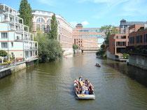 Leipzig, Industriearchitektur am Fluß mit Boot