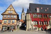 Quedlinburg, Markt mit Rathaus und Roland