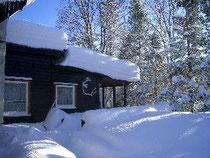 家が軋むほど重く降り積もった雪