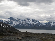 頂上からフィヨルド対岸の山々を望む