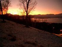 トロムソ島、14:00。子供用の小さなゲレンデは、雪の間からまだ草が覗いています。