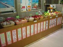 捕りたての果物を販売しています。(夏場はパイン、マンゴなどが人気です)