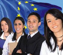 Jugendliche vor Europaflagge