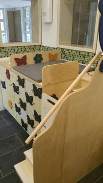 Wickeltisch mit Waschbereich und Treppe