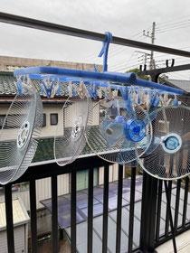 干した扇風機のファンやカバー。ホコリが付いていました(ToT)