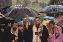 o. Roman Dubec i o. Jerzy Szczur święcą krzyż (niżej) upamiętniający dawnych mieszkańców Boguszy