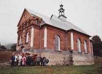 pielgrzymi przed cerkwią w Boguszy