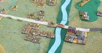Franzosen verteidigen das Dorf, das eine Flußquerung kontrolliert.