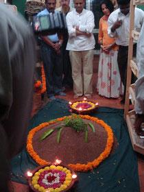 Bangalore, Inde du Sud. Une montagne de graines de  Ragi, avec  Mr Jayaram H.R. et Sanghita Sharma ( banque de graines Annandana, travaillant en lien avec Kokopelli).