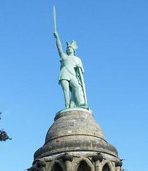 Hermann, der Cherusker ist unser Held. Ein Besuch seines Denkmals nahe der Stadt Detmold ist immer einen Tagesausflug wert.