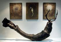 Escultura y técnica mixta sobre lienzo de Amador Vallina