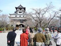 犬山城について力説するおもてなし隊加藤