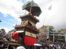 針綱神社にからくりを奉納する車山(やま)