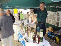 Jens Steinert am Whiskystand zum Erntedankfest 2012