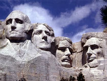 四人の大統領の彫像(左から右へ) ジョージ・ワシントン, トーマス・ジェファーソン,