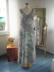 Hochzeitskleid aus Crash-Seite und Röschenstoff