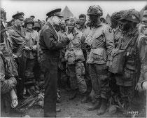 Le général EISENHOVER s'entretient le soir du 5 juin avec des paras de la 101e airborne avant leur embarquement dans les avions pour la France