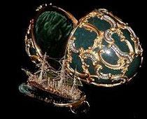 Objet d'art par excellence, cet œuf de Fabergé contient une réplique en or du navire Mémoire d'Azov.