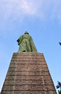 坂本龍馬銅像の後ろ姿
