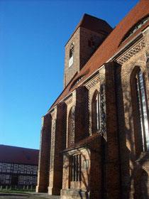 Ansicht der Backsteinkirche von Süden aus
