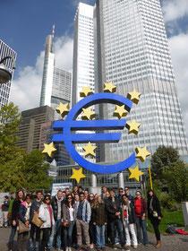 Die Schülergruppe vor der EZB in Frankfurt