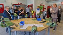 JPRS-Schulleiterin Jutta Tschakert bei der Besichtigung der neuen Metallwerkstatt