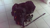 Reise Tasche, Rucksack, Stöcke, Schuhe.