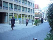 恵比寿駅西口改札を出たら、右へ